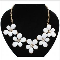 Collar con flores blancas o negras