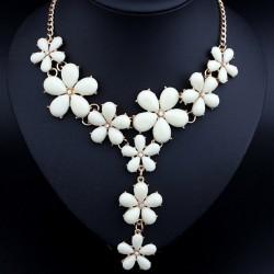 Collar con muchos flores blancos