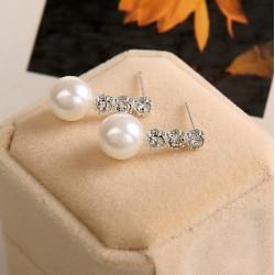 Pendientes plateados con perla y 3 cristales