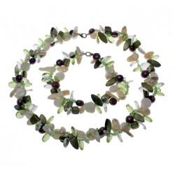 Conjunto de perlas, conchas y cristales de colores violetas, verdes y blancos