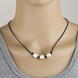 Collar de cuero con tres perlas naturales blancas