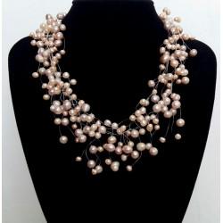 Collar elegante con perlas naturales en tonos suaves
