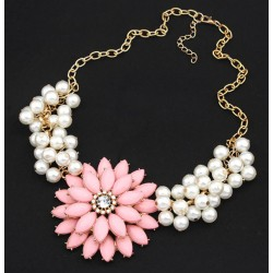 Collar con un flor grande y perlas blancas