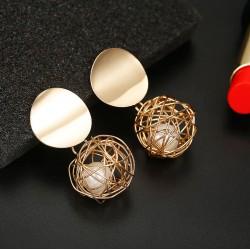Pendientes dorados con original colgante en forma de nido
