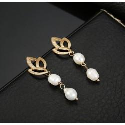 Pendientes con hojas doradas y colgantes dobles de perla natural