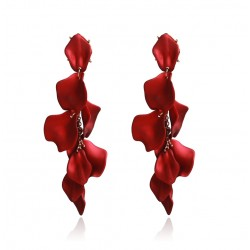 Pendientes con base dorada con colgante en forma de pétalos de rosa color rojo