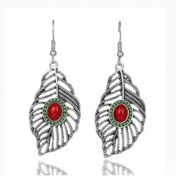 Pendientes estilo tribal en forma de hoja, decorada con una semiesfera de turquesa roja
