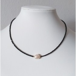 Collar estilo minimalista de obsidiana facetada y de perla Barroca