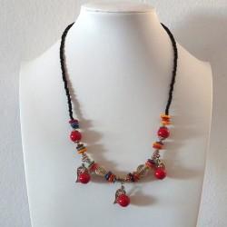 Collar de Bolas rojas y Conchas con Tres Hojas