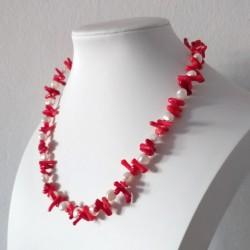 Collar artesanal con perlas blancas y coral rojo