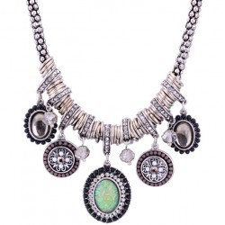 Collar estilo étnico artesanal con colgantes color plata