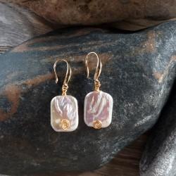 Pendientes elaborados con perlas Barrocas y hilo de metal dorado