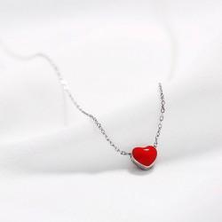 Collar estilo minimalista de plata con corazón rojo pasión