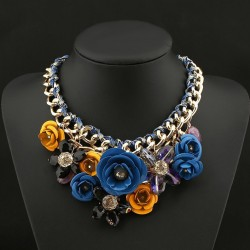 Collar con maxi flores de metal y cristal