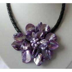 Collar de conchas y perlas con flor color violeta
