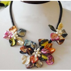 Collar de conchas y perlas con flores coloridos