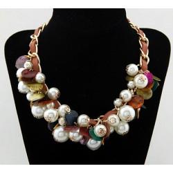 Collar con perlas y conchas