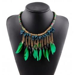 Collar étnico con plumas verdes
